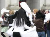 flash mob: bataille d'oreillers