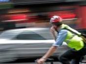 cycliste, cherchant métro, termine l'autoroute
