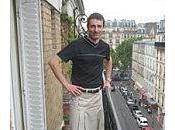 homme poursuit police voulait l'empêcher porter jupe