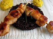 Brochettes poulet, crème safranée noir