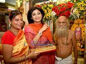 Shilpa Shetty prier pour recevoir bénédictions