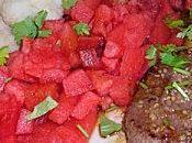 Steak haché bleu mariné accompagné chou-fleur pastèques arrosées vinaigre balsamique parsemée coriandre