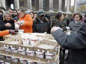 distribue gratuitement yaourts invendus