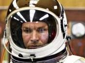 homme franchir sautant depuis l'espace