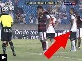 videos: Comment distraire tireur penalty joueur foot mange crottes vent marque
