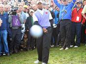 Tiger Woods envoie balle golf dans photographe