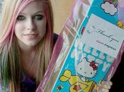 Quand Avril Lavigne reçoit skateboard Hello Kitty