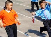 Photo prise jour fête enfants, dans cour d'école Bangkok, plein d'activités étaient organisées pour l'occasion. enfants s'en donnait coeur joie