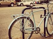 bicyclette avec casseroles