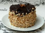 Mini entremets avec génoise, crème pralinée, meringue ganache chocolat