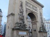 Porte Saint Denis dimanche Parisien sous pluie....