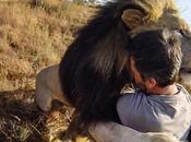 GoPro capture étreinte entre Kevin Richardson lions