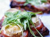 Délicieuses tartines oignons delicatements confits, tomate, roquette chêvre....