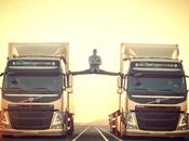 Jean-Claude Damme fait grand écart entre camions mouvement
