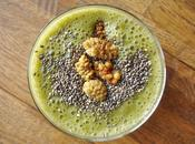 Smoothie vert avec graines chia mûres blanches