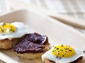 Crostinis crème d'olives noires Kalamata oeufs cailles, noir... parle Kalios.