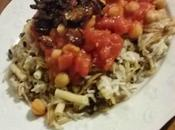 Koshari Egyptien oignons frits, pois chiches sauce tomates