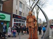 Northampton Cinq sculptures bois chevaliers médiévaux dressent dans centre-ville