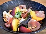 Salade pêches, mozza, jambon parme
