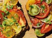 Bruschetta garnie comme pita, tomates épicées pois chiches