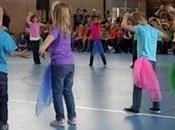 petits enfants dansent