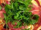 Pizza chèvre, jambon bayonne, olives roquette