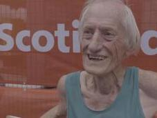 papy-runner termine marathon Toronto explose record dans catégorie