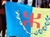 militantes harcelées police coloniale pendant trois heures (mais elles sont laissées faire)