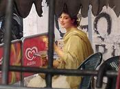 Quand figures peinture romantique s'invitent dans Naples contemporain