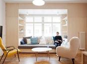 rangement intelligent tout rebord fenêtre dans cette rénovation d'appartement Prague