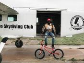Quand star BMX, Nigel Sylvester, saute parachute dans désert Dubaï