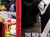 Thaïlande shopping insolite, casques sacrés baskets pour marcher ensemble, jaunes rouges