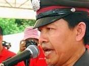 policier uniforme s'exprime manifestation chemises rouges