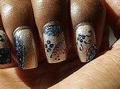 Nail main levée