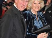 Prince Charles Camilla attaqués étudiants