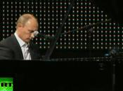 Vidéo: Sacré Vladimir Poutine, chanteur-pianiste
