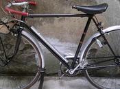 Quel petit vélo guidon chromé fond cour?