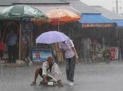 femme protège mendiant sans jambes d'une averse