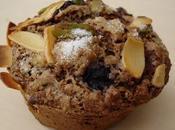 Muffins violets d'avoine fruits rouges mélangés.