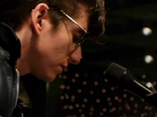 Retrouvez Arctic Monkeys session acoustique
