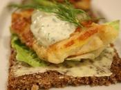 Smørrebrød (tartine danoise) filet poisson crème herbes fraîches
