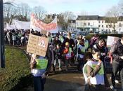 Louviers manifestation contre fermetures classes