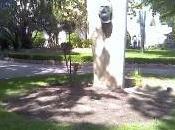 Buste bronze Gogh exposé dans jardin d'été (photo perso)