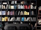Etagères noires camaïeu livres colorés