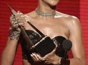 Rihanna reçoit l'Icon Award 2013