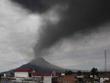 Gunung Sinabung menaces volcaniques.