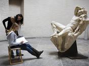 brise statue siècle voulant faire selfie