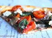 Pizza ricotta, tomates cerises, champignons, pousses d'épinards croûte mozzarella