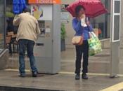 photo jour: l'homme parapluie fermé!