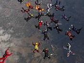 parachutistes réalisent figure dessus Lille